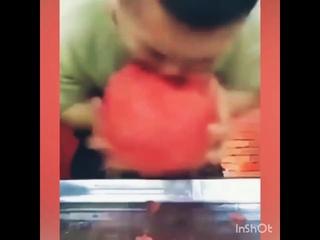 Съел арбуз за 10 секунд)