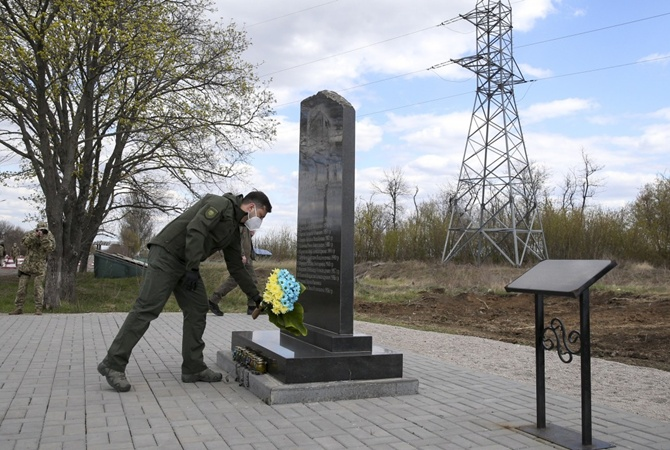 Зеленский на Донбасе почтил памятники об умерших во время АТО людей