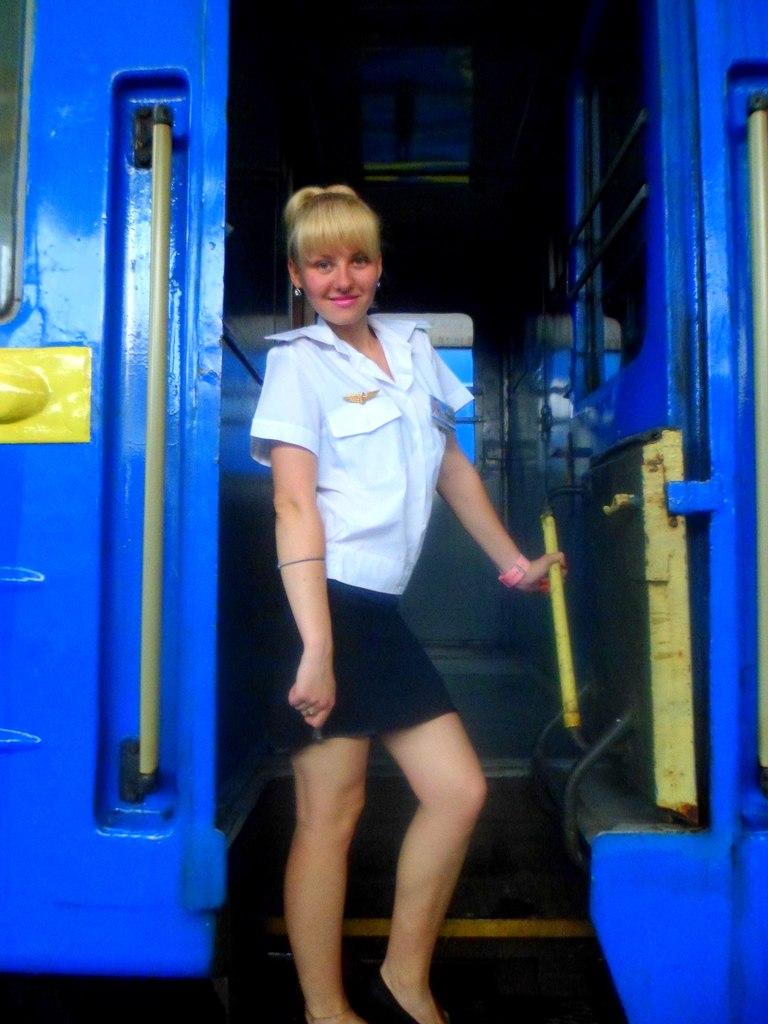 Проводницы: жизнь на колесах и милая усталая улыбка