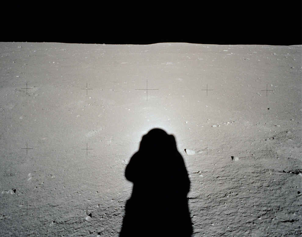 34) Яркий ореол от Солнца вокруг тени шлема База Олдрина. (NASA)