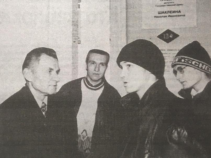 Николай Шаклеин (слева) и избиратели. 1999 г.