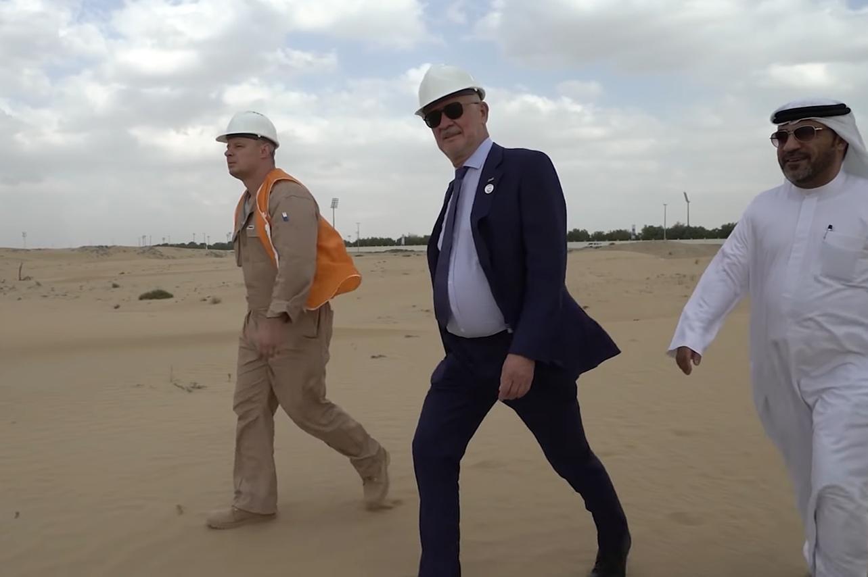 Anatoly Yunitsky và Giám đốc Công viên nghiên cứu Sharjah Hussein Al-Mahmoudi tại công trường xây dựng trung tâm thử nghiệm SkyWay ở Sharjah