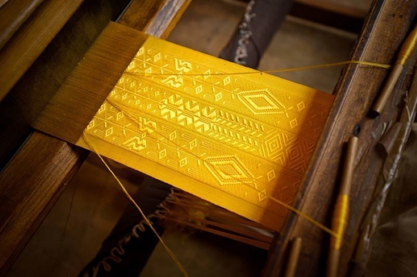 Платье из золотой паутины: как создавали ткань мадагаскарских королей Представить себе трудно, как «доили» пауков целых три года, чтобы создать одно из самых дорогих платьев на планете. Не стоит