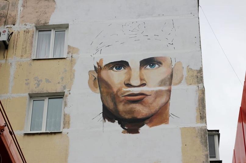На стене дома в Брянске появится портрет Героя России Олега Ермакова