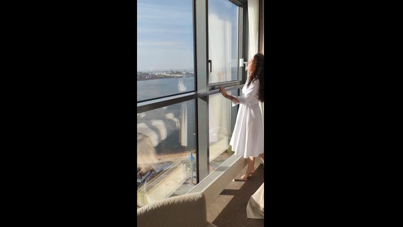 Клиентка в белом платье миди с воротничком и пуговицами EniMode
