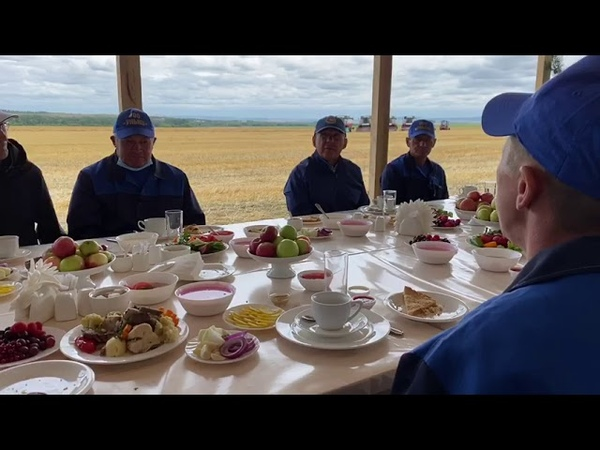 Рустам Минниханов за полевым обедом обсудил с механизаторами Ютазинского района ход уборочных работ