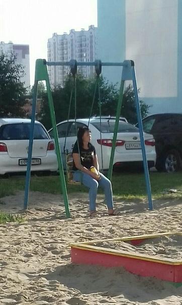 Девушка пошла гулять с двумя сокурсниками на детскую площадку
