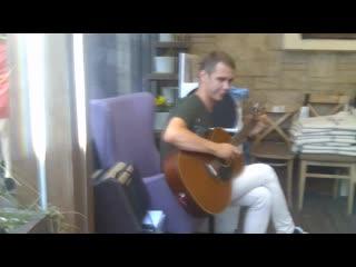 Илья Иванов играет на гитаре Жуки - Батарейка в летнем кафе Pinot Grigio Вино и Море на улице Трёхсвятской.