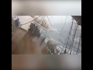 Учебная яхта во время шторма