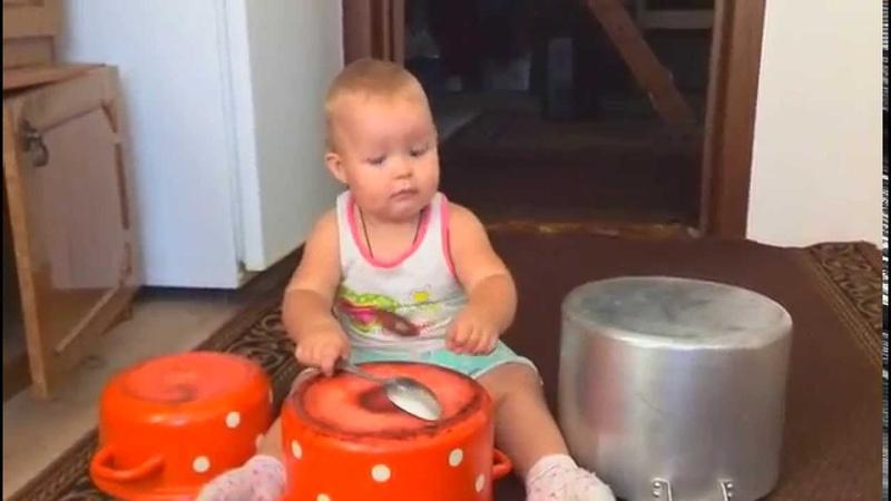 Ребенок 1 год играет на барабанах Baby 1 year plays drums