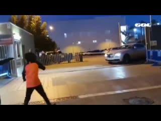 Фанаты «Барселоны» набросились на машину Гризманна с криками «Уважай Месси!»