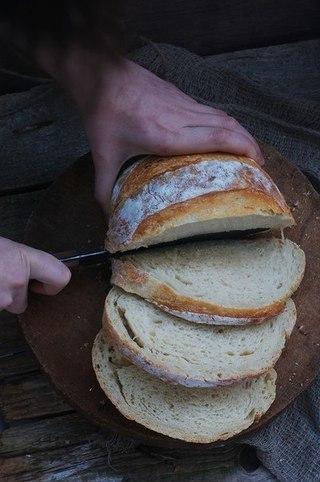 Хлеб без замеса на светлом пиве. А хлеб очень простой, даже без замеса, почему бы не испечь такой для разнообразия.:) Пиво можно использовать и темное, это лишь придаст немного другой оттенок