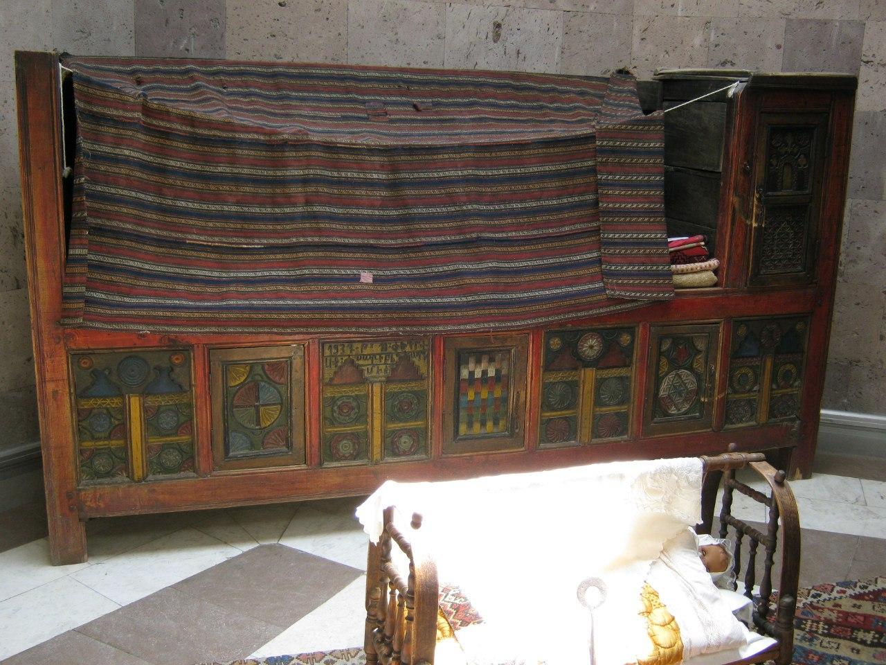 Традиционная мебельная утварь в музее Сардарапат