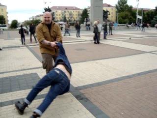 Неизвестные пляшут Джигу на площади партизан г.Брянск.