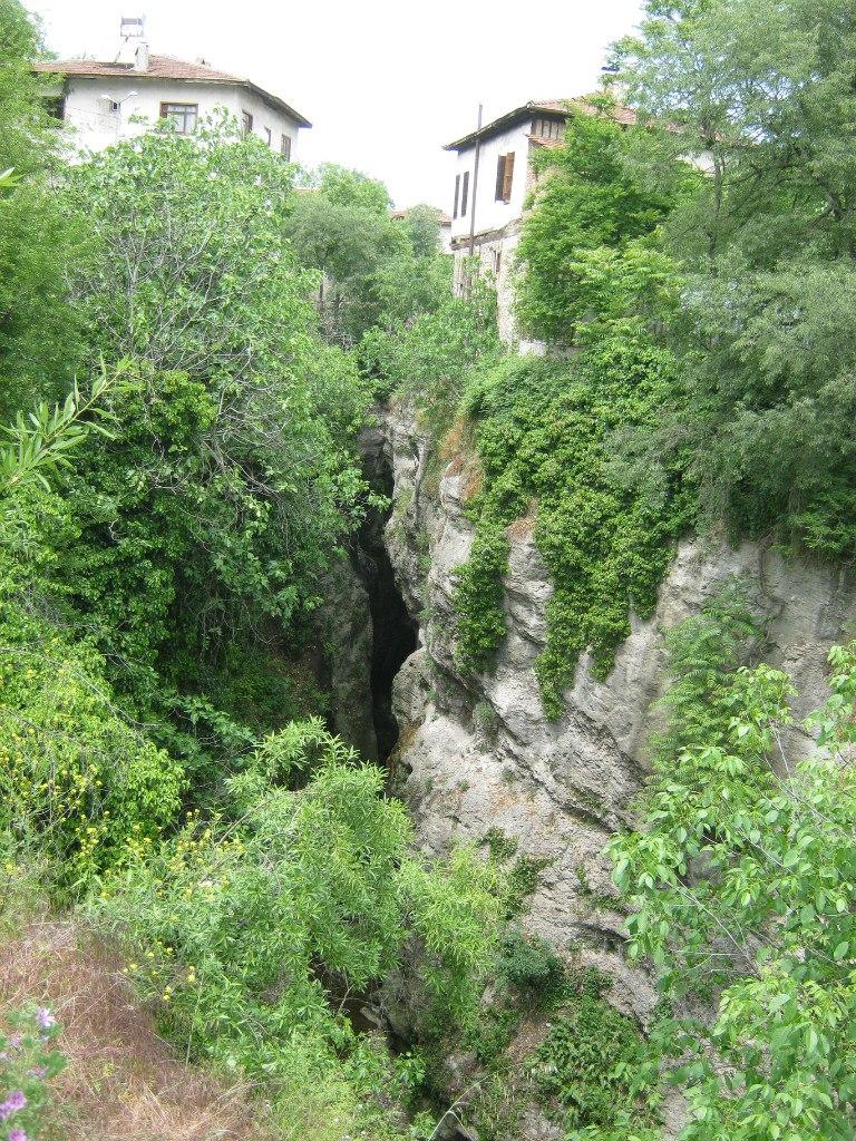 В Сафранболу скальные ущелья