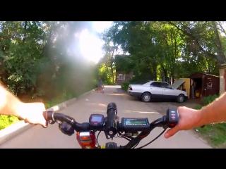 Электрошокер Фонарь против собак - прикреплён к велосипеду