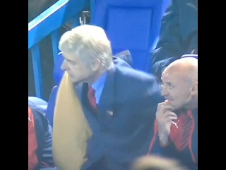 Arsene Wenger had yet another battle with his coat during the 1st half!