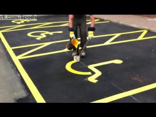 Мастер своего дела рисует разметку на паркое для инвалидов / painting handicap parking signs