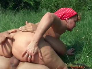 Бабуля с большой попой наслаждается сексом на природе