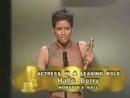 Холли Берри получает Оскар за главную женскую роль Бал монстров 2002