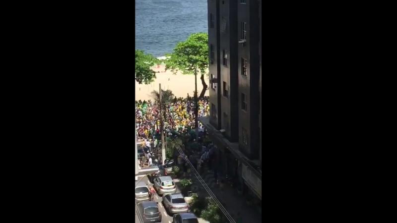 @MomentsBrasil Multidão passando pela Paia de Icaraí em Niterói para eleger @jairbolsonaro no primeiro turno Bolsonaro17