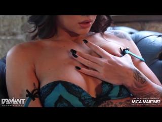 Нереально горячая девушка в тату показывает попку и сиськи на камеру, как в порно, анал прямо ммм