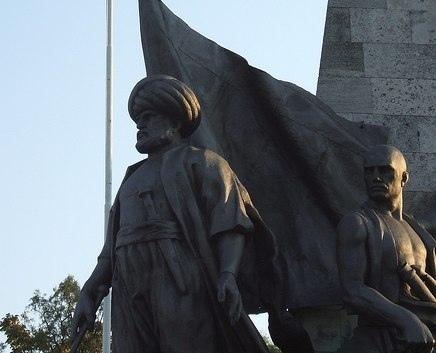 памятник Барбароссе во дворе дворца Долмабахче (Стамбул)