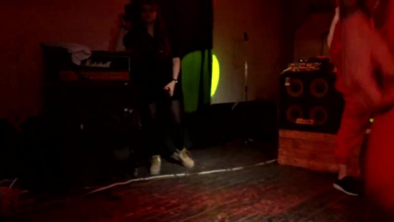 Обрызгала водой Тони Раута на концерте в Волгограде BADPazific mp4