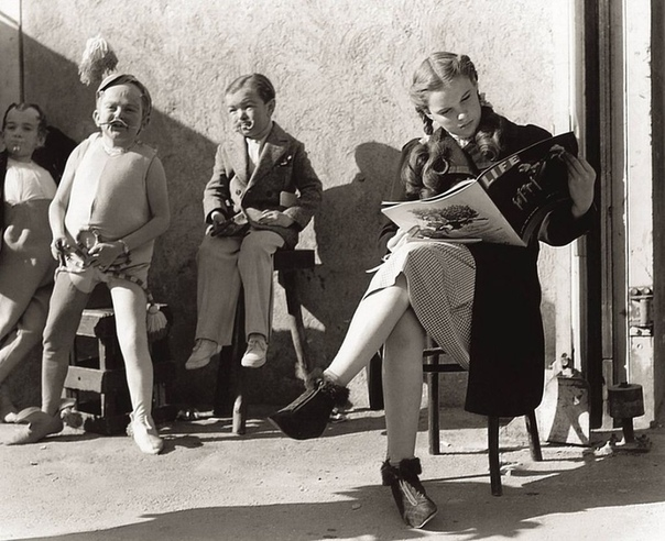 Актриса Джуди Гарланд во время перерыва на съемках фильма «Волшебник страны Оз» (1938 год
