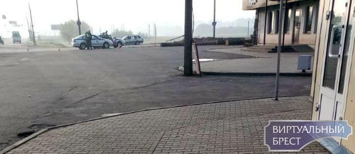 Лесовоз рассыпал брёвна в Бресте. Кажется, никто не пострадал. Кроме рекламных баннеров