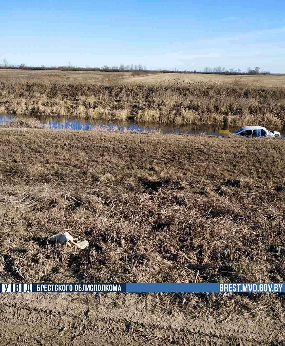 В Ивацевичском районе автомобиль опрокинулся в мелиоративный канал