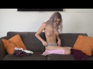 Красивая русская девственница показывает свое тело и киску