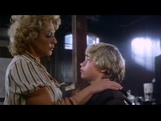 Старая женщина сделала мальчику минет (отсосала в фильме, парнишка кончил женщине в рот)