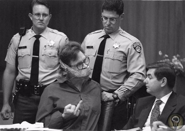 Во время судебного разбирательства в 1995 году по делу об убийстве и грабеже пожилого больного раком, Калифорнийский убийца Кристофер Лайтси устроил в суде беспорядки