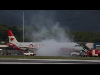 Red Wings Тиват. Самолет Airbus A321 дымит