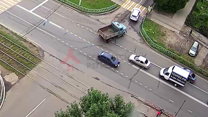 В Ярославле подросток перебегал дорогу и попал под машину