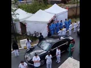Без комментариев - врачи встречают премьер-министра Бельгии во время посещения местной больницы.