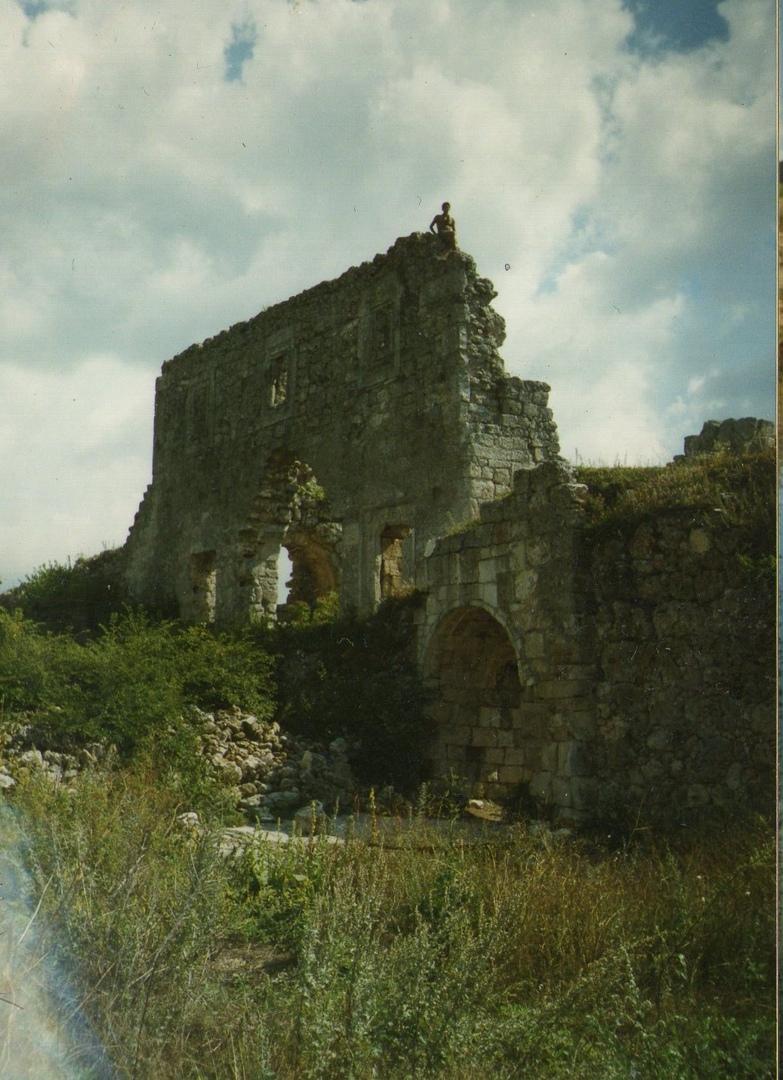 трехэтажная крепость средневековой постройки