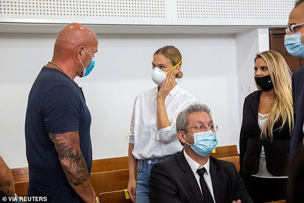 Бар и Ципи Рафаэли сегодня предстали перед судом в Тель-Авиве по делу об уклонении от налогов на десятки миллионов шекелей. Суд должен утвердить досудебное соглашение, согласно которому мать