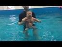 Стоит ли водить малыша в бассейн. 7 месячный первый раз в бассейне