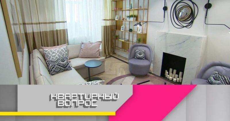 Квартирный вопрос : Романтично неформальная гостиная в светлой комнате с балконом