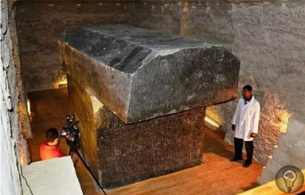 100-тонный саркофаг в Серапеуме в Саккарре, Египет.