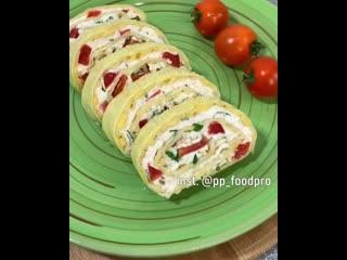 Рецепт рулета с творогом, зеленью и помидорами, который получится у тебя без проблем
