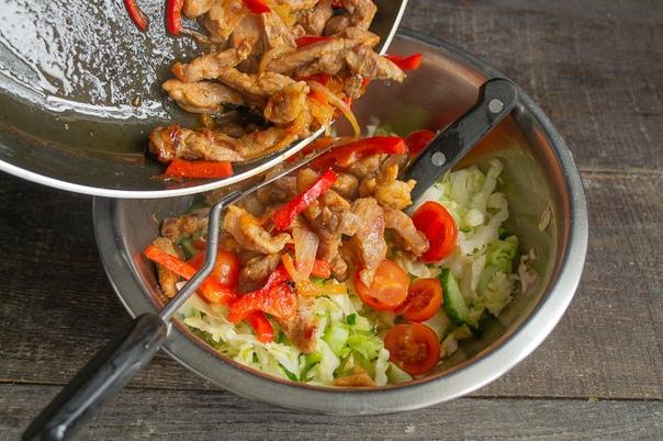 Салат из капусты и свинины быстро и очень вкусно Салат из капусты и свинины быстро и очень вкусно Быстрый и очень вкусный салат из капусты и свинины. Похожий салат готовят корейцы, видимо наши