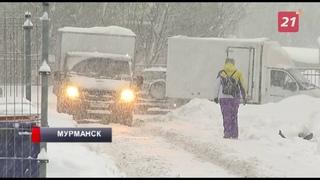 Жители Мурманска ведут борьбу с последствиями обильных снегопадов