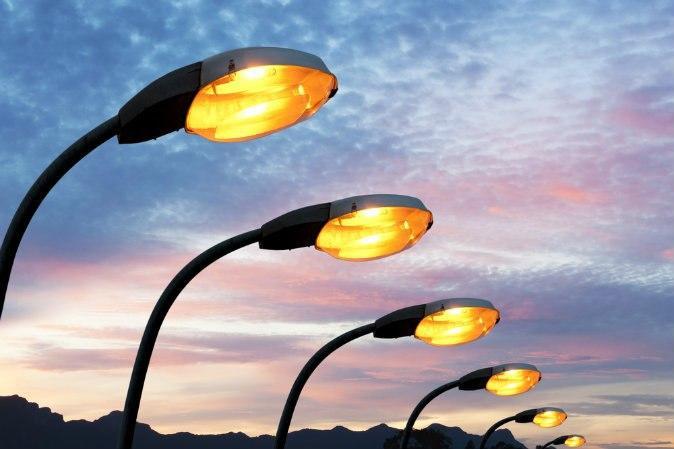 Специалисты заменили лампу в фонаре на проспекте Защитников Москвы