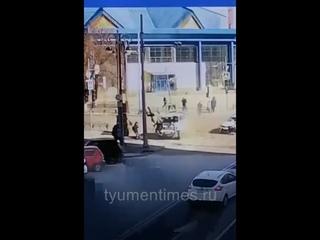 Пешеходов подкинуло вверх. ДТП в центре Тюмени