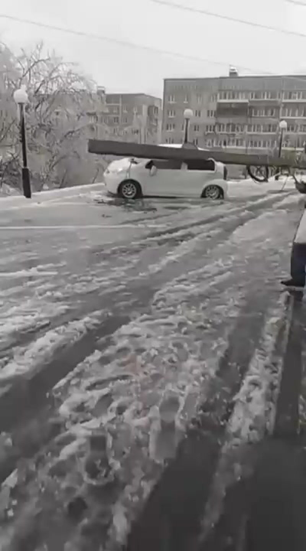 VL.ru - Бетонный столб упал на машину во Владивостоке