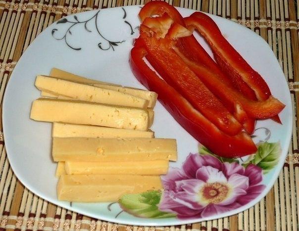 Мясные рулетики с перцем и сыром