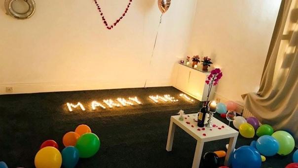 Парень решил устроить возлюбленной романтический вечер, и наполнил квартиру сотнями воздушных шаров и посланием из свечей Что-то пошло не по плану, и когда он вернулся в каартиру со своей